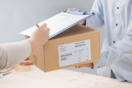 Mujer, firma, recibo, entrega, paquete, cierre, arriba