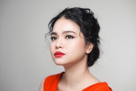 우아한 헤어 스타일을 가진 아시아 여자의 패션 초상화. 완벽한 메이크업.