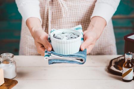 L'épouse de la maison porte le tablier. Étapes de fabrication de gâteau au chocolat. Banque d'images - 82958525