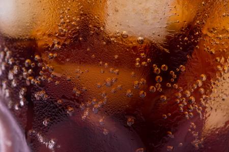泡とフィズ。アイスとコーラを飲むのクールなガラス
