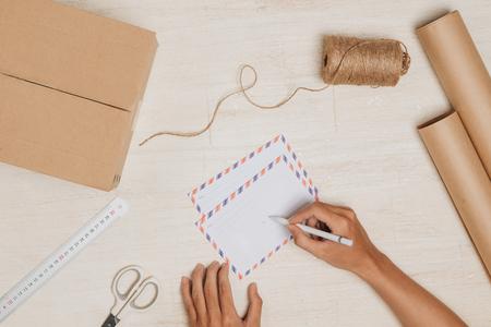 Een brief verzenden. Lucht mail envelop op de houten tafel