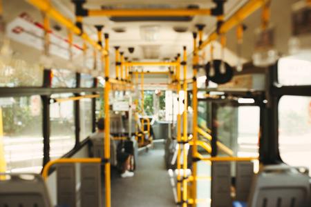 公共交通機関。近代的な都市バスの内部のイメージをぼかします。