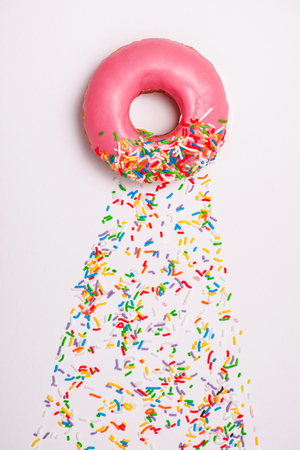 Donuts with icing on white background. Sweet donuts. Banque d'images