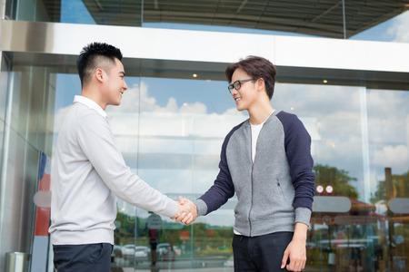 Zakenman handen schudden om een overeenkomst met zijn partner te verzegelen