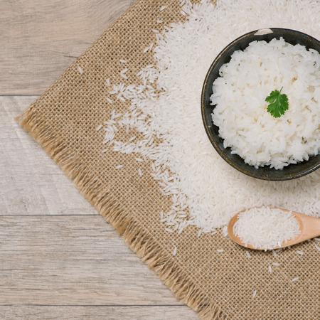 gros plan de riz cuit dans du bois dans un bol sur la table en bois
