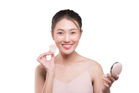 完璧な新鮮なきれいな彼女の頬に頬紅を適用する美しい若いアジア女性の肖像画 写真素材