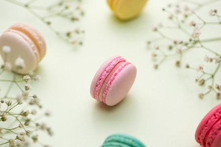 デザート。甘いマカロンや花のマカロン。 写真素材 - 84573961