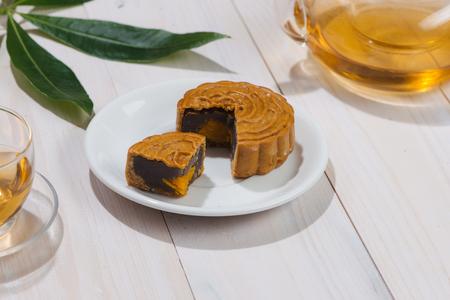 秋のお祭り料理半ばレトロなビンテージ スタイル中国語。テーブルセッティングの伝統的な月餅 写真素材