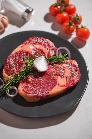 白い石の背景に生の新鮮な牛肉、トップビュー