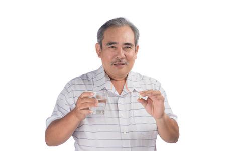 白で隔離オメガ 3 カプセルを保持しているアジアの年配の男性