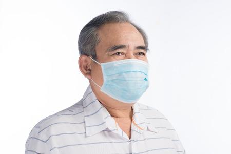 Aziatische hogere mens met gezichtsmasker dat op wit wordt geïsoleerd
