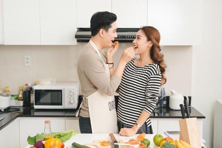 Houdend van Vietnamees paar die samen in de keuken thuis koken Stockfoto