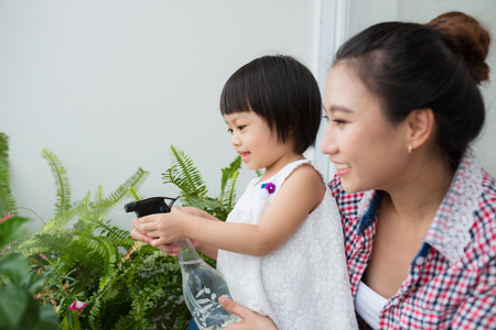 母と幼児の春のガーデニング