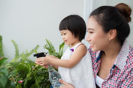 Moeder en peuter dochter lente tuinieren Stockfoto - 85210780