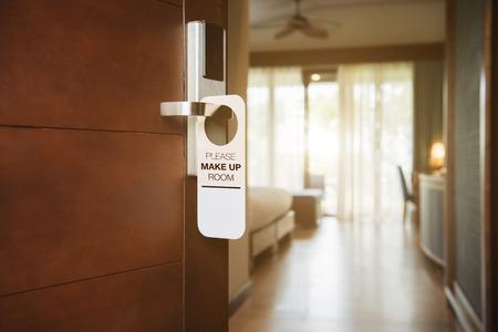 De hotelkamer met PLEASE MAKE UP ROOM teken op de deur Stockfoto