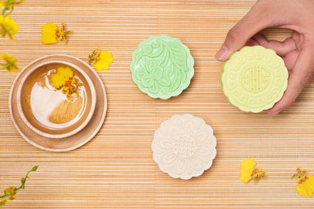 テーブルの上のおいしい中国の伝統的なおやつ月餅。