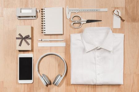 손 시계, 셔츠, 커피 컵, 노트북 및 목조 배경 바닥 backround에 남성 액세서리. 스톡 콘텐츠