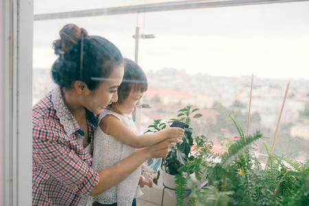 Moeder en peuter dochter lente tuinieren Stockfoto