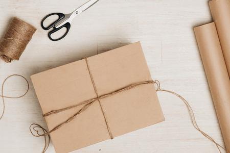 Cartón envuelta con papel marrón y atado con cadena Foto de archivo - 86259651