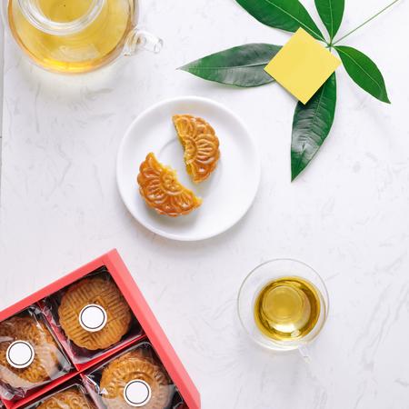 Mid-autumn festival mooncake minimalistische stijl theekransje tafel. Vlak liggen.
