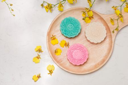 délicieux collation traditionnelle chinoise mooncake sur la table