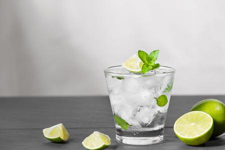 Mojito cocktail con lime e menta in vetro su uno sfondo di pietra grigia Archivio Fotografico - 86952820