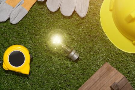Bioedilizia e concetto di risparmio energetico: casa projecj e strumenti di lavoro sull'erba