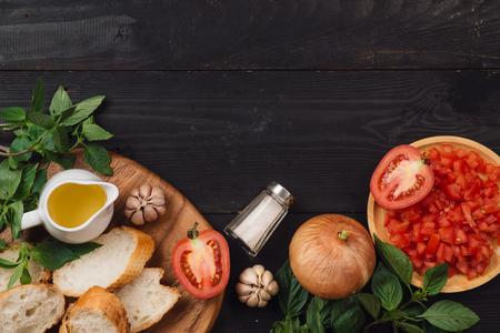 おいしいイタリアン トマトのブルスケッタみじん切り野菜、ハーブやオイルを準備します。