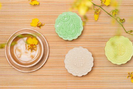 Traditioneel Chinees medio herfstfestivalvoedsel. Besneeuwde huid mooncakes. Stockfoto