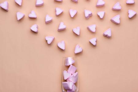 Valentijnsdagglas met veel snoepharten marshmallows Stockfoto