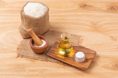 木製のボウル、ミルク、古い木製の背景に米と油の米粉