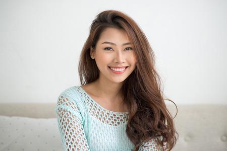 若いアジア女性リラックスした彼女の自宅で。 写真素材