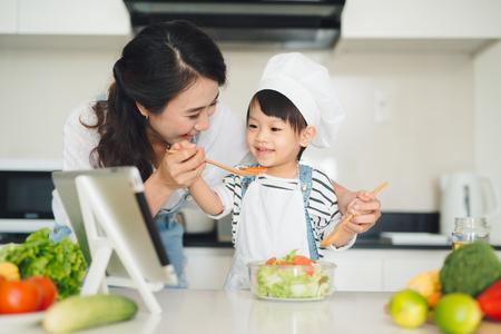 함께 요리하는 부엌에서 딸과 함께 어머니