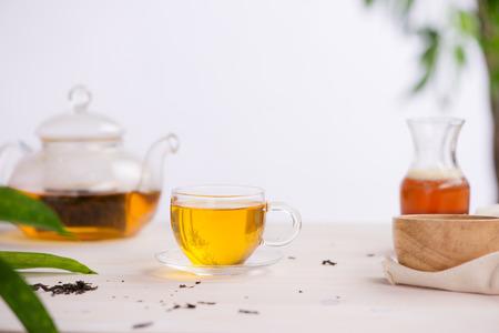 Koppen thee op houten lijstachtergrond Stockfoto