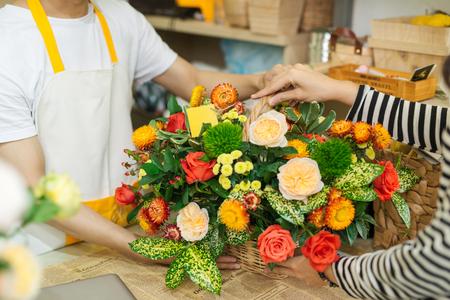 Florist giving bouquet of flower to woman in flower shop Zdjęcie Seryjne - 88489095