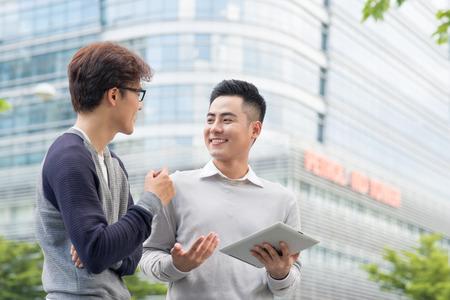 vendeur essayant de vendre des produits à un client à l & # 39 ; aide d & # 39 ; une tablette en plein air Banque d'images