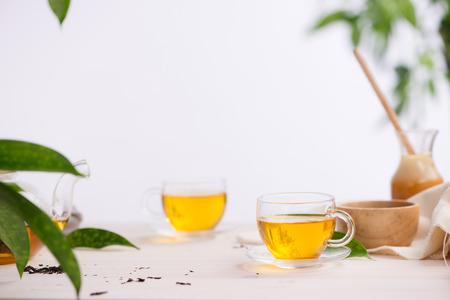 나무 테이블 배경에 차 한잔
