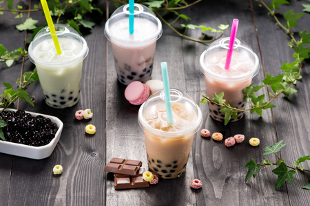 Milky bubble tea with tapioca pearls in plastic cup 版權商用圖片 - 89265131