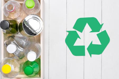 Eco concept. Simbolo di riciclaggio dei rifiuti con spazzatura su pietra Archivio Fotografico - 90230774