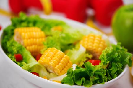 Здоровое питание со свежим салатом. Концепция диеты. Фото со стока