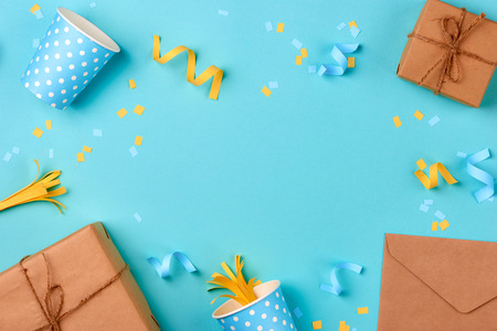 Gift box and birthday party things on a blue background Foto de archivo