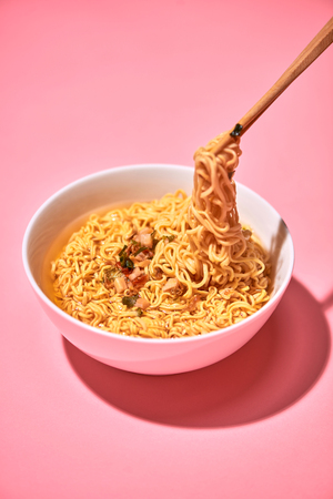 Traditional Asian instant noodles meal with vegetables Standard-Bild
