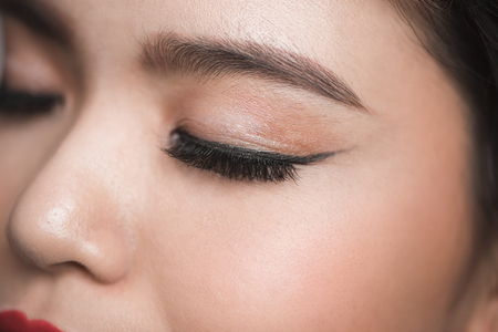 Elegance close-up of beautiful female eye with fashion eye shadow and eyeliner. 版權商用圖片 - 90883377