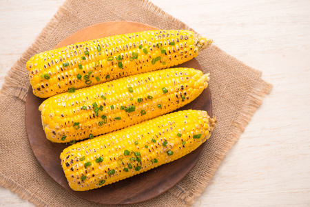 Tasty sweet grilled corn with onion sauce Imagens