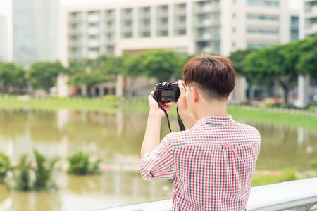 若いアジア人街撮影で屋外の長さの半分 写真素材