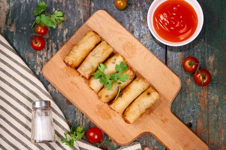ベトナム料理です。木製のテーブルに美味しい自家製春巻き。