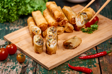 Vietnamese food. Delicious homemade spring rolls on wooden table. Banque d'images