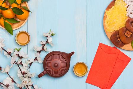 Conceptuele plat lag Chinees Nieuwjaar eten en drinken stilleven. Tekst verschijnt in afbeelding: welvaart, lente en geluk.