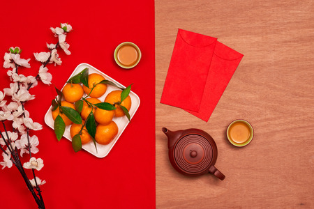 Frais généraux de décorations supérieures concept de fond festif du nouvel an chinois.Mix variété accessoire essentiel sur le bureau de bureau maison de table marron grunge moderne.Autre langue signifie riche ou riche et heureux. Banque d'images - 91461966