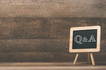 quadro-negro com texto Q & A